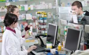 """Във филиалите на аптеки задължително трябва да работи магистър-фармацевт. Това се казва в становище на УС на Българския фармацевтичен съюз по повод публикувания за обществено обсъждане проект на Закон за изменение и допълнение на Закона за лекарствените продукти в хуманната медицина /ЗЛПХМ/. В него са записани мерки, които да стимулират разкриването на аптеки в населените места, където липсват. Една от тях е да се разреши на действащите аптеки да разкриват свои филиали на втори или следващ адрес във въпросните градове или села. Според БФС тази възможност трябва да бъде по-прецизно регулирана от законодателя с разкриването само до трети адрес. Необходимостта от магистър-фармацевт и в този случай е задължителна, защото само той по закон може да отпуска лекарства по лекарско предписание, съответно по здравната каса, мотивират се от съсловната организация. БФС смята, че трябва да има баланс между желанието за насочване на търговците на дребно към малки населени места и сигурността на пациентите за достъп до качествена фармацевтична грижа и лекарствени продукти. Ето защо до изработването на Национална аптечна карта, трябва да се въведе мораториум за откриване на нови аптеки в населени места където има такива, без да се засяга възможността да се открива денонощна аптека и на втори и трети адрес в малките населени места без достъп до фармацевтична грижа, смятат фармацевтите. По отношение на възможността да се организират мобилни аптеки от БФС твърдят, че в тази мярка има твърде висок риск от проблеми с качеството на обслужване, контрола и проследимостта на лекарствата, което може да застраши здравето на пациентите. Според съсловната организация разрешаването на мобилни аптеки може да доведе до безконтролното отпускане на лекарствени продукти с неустановен произход или от неквалифицирани лица. """"Подобна практика на мобилни аптеки не е приета и утвърдена в държавите членки на ЕС (единствено Обединеното кралство под формата на """"мобилен фармацевт""""), нито в държавите от Източна """