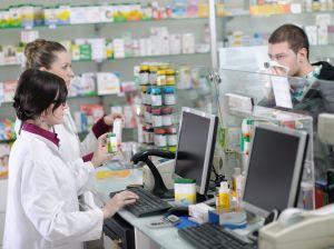 """Във филиалите на аптеки задължително трябва да работи магистър-фармацевт. Това се казва в становище на УС на Българския фармацевтичен съюз по повод публикувания за обществено обсъждане проект на Закон за изменение и допълнение на Закона за лекарствените продукти в хуманната медицина /ЗЛПХМ/. В него са записани мерки, които да стимулират разкриването на аптеки в населените места, където липсват. Една от тях е да се разреши на действащите аптеки да разкриват свои филиали на втори или следващ адрес във въпросните градове или села. Според БФС тази възможност трябва да бъде по-прецизно регулирана от законодателя с разкриването само до трети адрес. Необходимостта от магистър-фармацевт и в този случай е задължителна, защото само той по закон може да отпуска лекарства по лекарско предписание, съответно по здравната каса, мотивират се от съсловната организация.  БФС смята, че трябва да има баланс между желанието за насочване на търговците на дребно към малки населени места и сигурността на пациентите за достъп до качествена фармацевтична грижа и лекарствени продукти. Ето защо до изработването на Национална аптечна карта, трябва да се въведе мораториум за откриване на нови аптеки в населени места където има такива, без да се засяга възможността да се открива денонощна аптека и на втори и трети адрес в малките населени места без достъп до фармацевтична грижа, смятат фармацевтите.  По отношение на възможността да се организират мобилни аптеки от БФС твърдят, че в тази мярка има твърде висок риск от проблеми с качеството на обслужване, контрола и проследимостта на лекарствата, което може да застраши здравето на пациентите. Според съсловната организация разрешаването на мобилни аптеки може да доведе до безконтролното отпускане на лекарствени продукти с неустановен произход или от неквалифицирани лица. """"Подобна практика на мобилни аптеки не е приета и утвърдена в държавите членки на ЕС (единствено Обединеното кралство под формата на """"мобилен фармацевт""""), нито в държавите от Източн"""