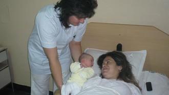 НПО настояват за задължителен първи контакт между новороденото и неговата майка