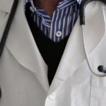 Сериозен дефицит на лични лекари в България разкри приетата от правителството Национална здравна карта. Според нея най-малко 4886 общопрактикуващи медици са необходими, за да се гарантира достъпът на населението да медицински услуги. Според документа, у нас трябва да се въведе евростандартът - 1 личен лекар на 1500 души население. Така недостигът се оказва над 470 джипита, пише