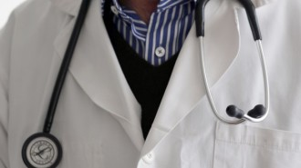 """Сериозен дефицит на лични лекари в България разкри приетата от правителството Национална здравна карта. Според нея най-малко 4886 общопрактикуващи медици са необходими, за да се гарантира достъпът на населението да медицински услуги. Според документа, у нас трябва да се въведе евростандартът - 1 личен лекар на 1500 души население. Така недостигът се оказва над 470 джипита, пише """"Стандарт"""". В НЗК е определен и необходимият минимален брой лекари в специализирана извънболнична медицинска помощ по области. За определени специалности в градовете, в които има високо ниво на търсене на медицинска помощ, като София, Пловдив и Варна е определен по-висок коригиращ коефициент за покриване на нуждите на населението на регионално и национално ниво. Общият брой на необходимите лекари в извънболничната помощ е над 11 000, а на лекари по дентална медицина - 9119. Броят на медицинските сестри пък трябва да е поне 10 805. Потребности от лекари и зъболекари специалисти надвишават наличните човешки ресурси по области и региони. На 1000 души население се падат 4,9 легла за активно лечение. Анализът на съществуващите легла по видове медицински дейности е установил недостиг на педиатрични и излишък на терапевтични и хирургични легла. За пръв път с НЗК се въвежда механизъм за планиране на потребностите от високотехнологични методи за диагностика и лечение и свързаната с тях медицинска апаратура. Разработена е карта на системата за спешна медицинска помощ, съдържаща броя и местоположението на структурите й. Картата на спешната помощ определя и потребност от създаване на 17 """"изнесени екипа"""" в районите със затруднен достъп на населението."""