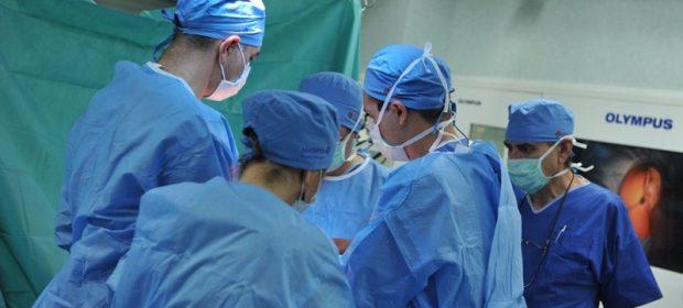 Хирурзи от ВМА показват операция по колянно ендопротезиране