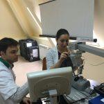 Млади офталмолози тренират операции върху роботи