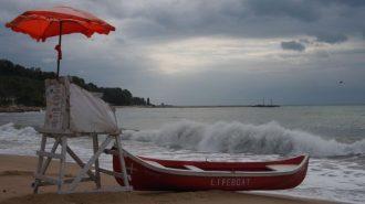 Здравните власти: Не ходете на плаж след дъжд